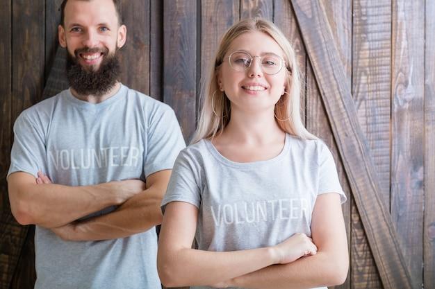 Jovens voluntários. conceito moderno de família. jovem casal feliz pronto para ajudar.