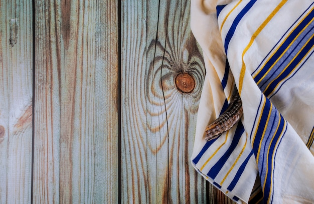 Judeu ortodoxo reza xale talit e shofar símbolo religioso judaico