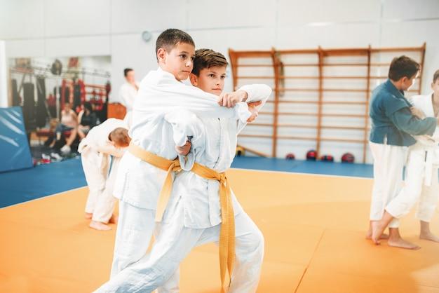 Judô infantil, arte marcial de treinamento infantil no corredor