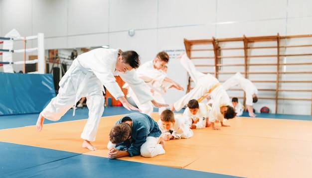 Judô infantil, crianças no quimono treinando arte marcial