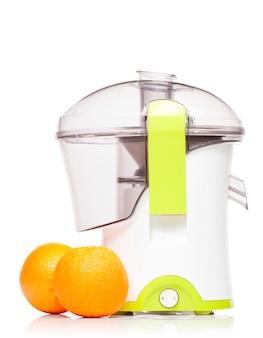 Juicer com duas laranjas frescas