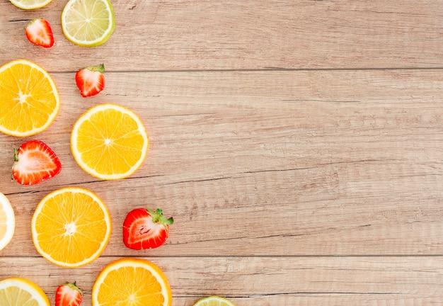 Juicy berry e frutas cítricas fatias na mesa