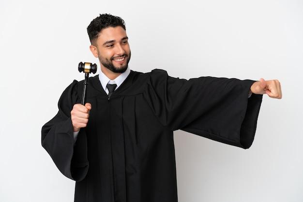 Juiz árabe isolado no fundo branco fazendo um gesto de polegar para cima