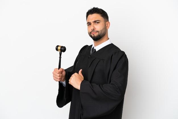 Juiz árabe isolado no fundo branco orgulhoso e satisfeito