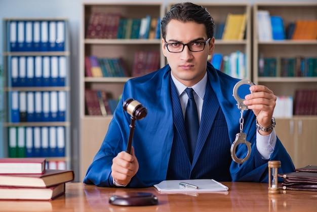 Juiz bonito com martelo sentado na sala de audiências