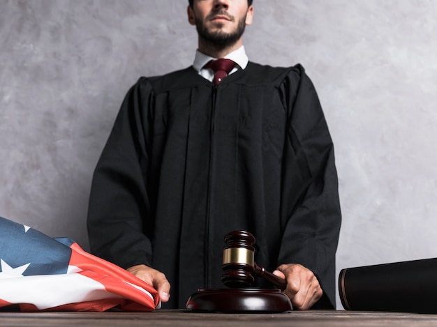 Juiz de ângulo baixo golpeando o martelo
