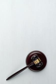 Juiz de martelo com uma cópia do espaço e vista superior