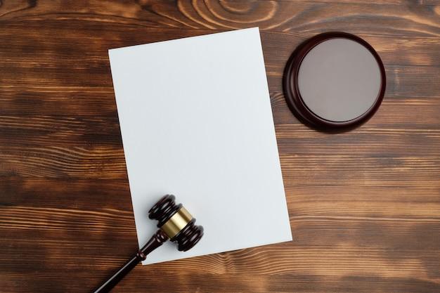 Juiz de martelo com uma cópia do espaço no papel e vista superior