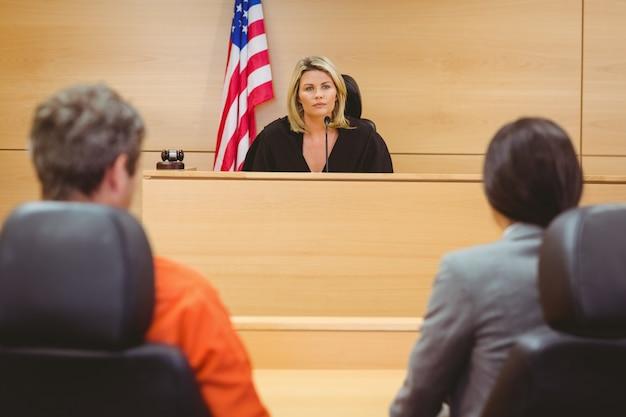 Juiz e advogado que discute a sentença de prisioneiro
