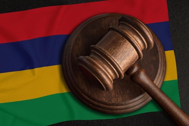 Juiz gavel e bandeira da maurícia. lei e justiça nas maurícias. violação de direitos e liberdades.