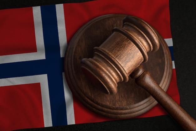 Juiz gavel e bandeira da noruega. lei e justiça no reino da noruega. violação de direitos e liberdades.