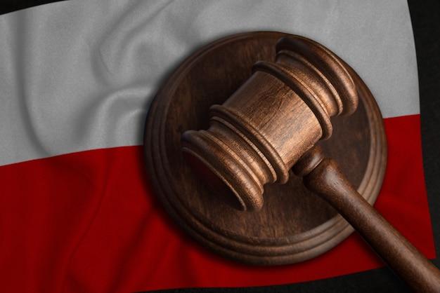 Juiz gavel e bandeira da polónia. lei e justiça na polônia. violação de direitos e liberdades.