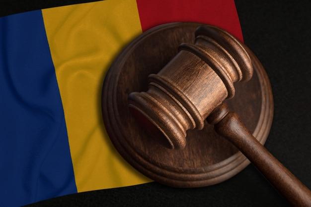 Juiz gavel e bandeira da romênia. lei e justiça na romênia. violação de direitos e liberdades.