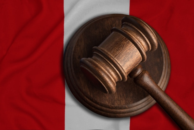 Juiz gavel e bandeira do peru. lei e justiça na república do peru. violação de direitos e liberdades.