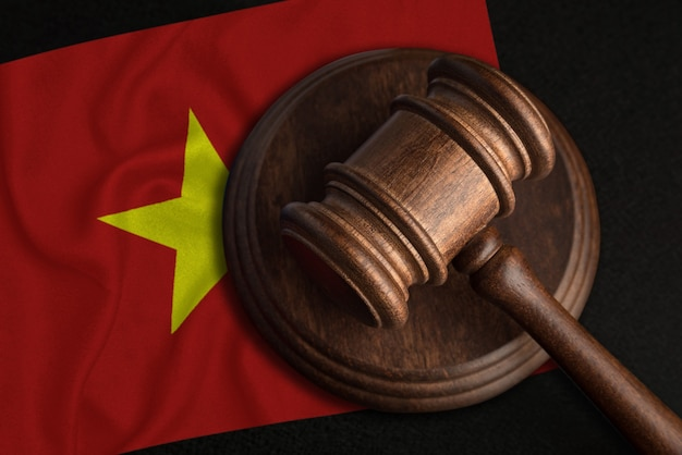 Juiz gavel e bandeira do vietnã. lei e justiça na república socialista do vietnã. violação de direitos e liberdades.