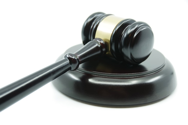 Juiz gavel em um fundo branco. conceito de justiça. lei e justiça. conceito de legalidade