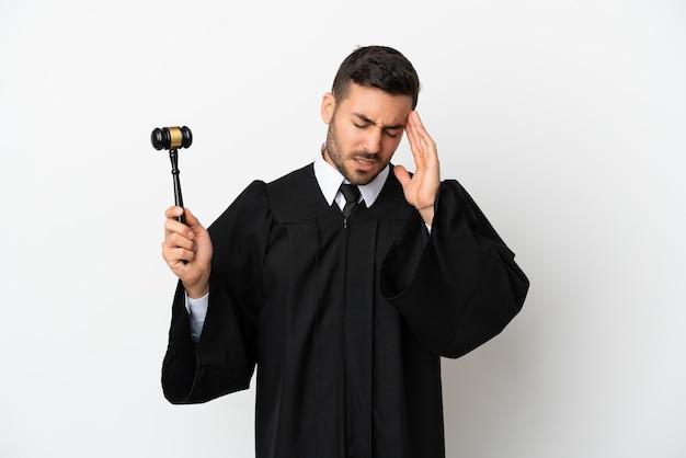 Juiz homem caucasiano isolado no fundo branco com dor de cabeça