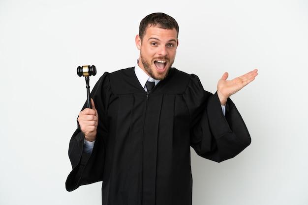 Juiz homem caucasiano isolado no fundo branco com expressão facial chocada