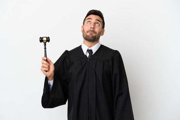 Juiz homem caucasiano isolado no fundo branco e olhando para cima