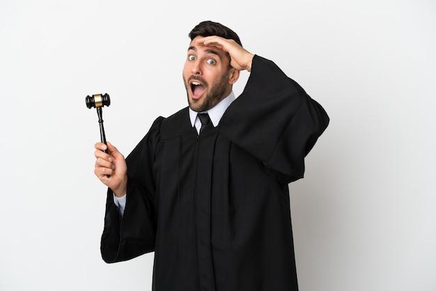 Juiz homem caucasiano isolado no fundo branco fazendo gesto surpresa enquanto olha para o lado