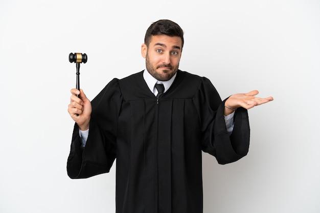 Juiz, homem caucasiano, isolado no fundo branco, tendo dúvidas ao levantar as mãos