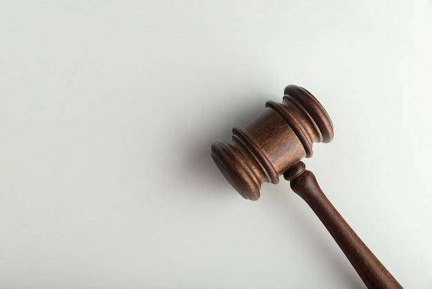 Juiz maço de madeira na superfície branca