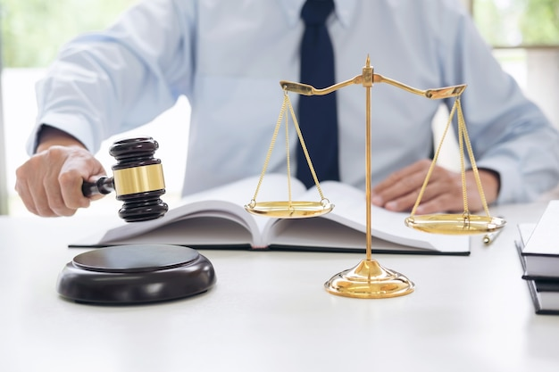 Juiz, martelo, com, escalas, de, justiça, advogados masculinos, trabalhando, tendo, em, escritório lei
