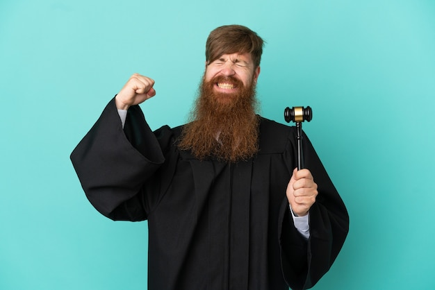 Juiz ruivo e branco isolado em um fundo azul fazendo um gesto forte