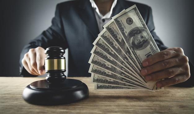 Juiz segurando dólares. corrupção na justiça