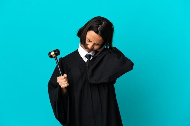 Juiz sobre fundo azul isolado com dor no pescoço