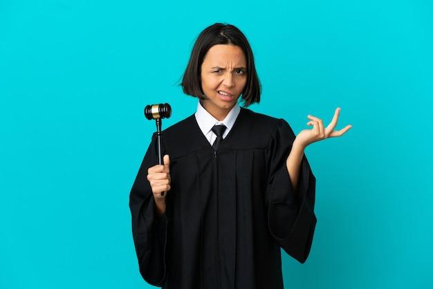 Juiz sobre fundo azul isolado com dúvidas