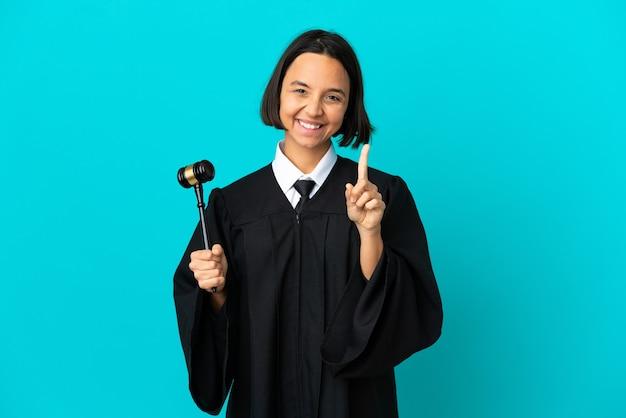 Juiz sobre fundo azul isolado mostrando e levantando um dedo