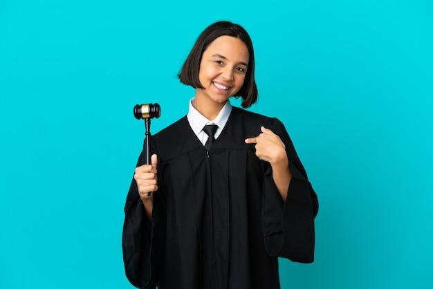 Juiz sobre fundo azul isolado orgulhoso e satisfeito