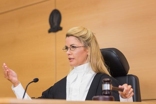 Juiz stern falando ao tribunal