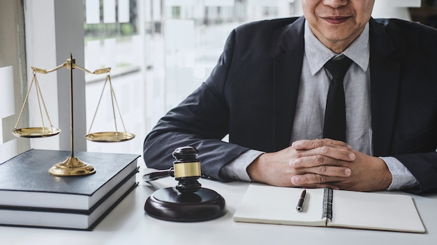 Juiz trabalhando com documentos contratuais