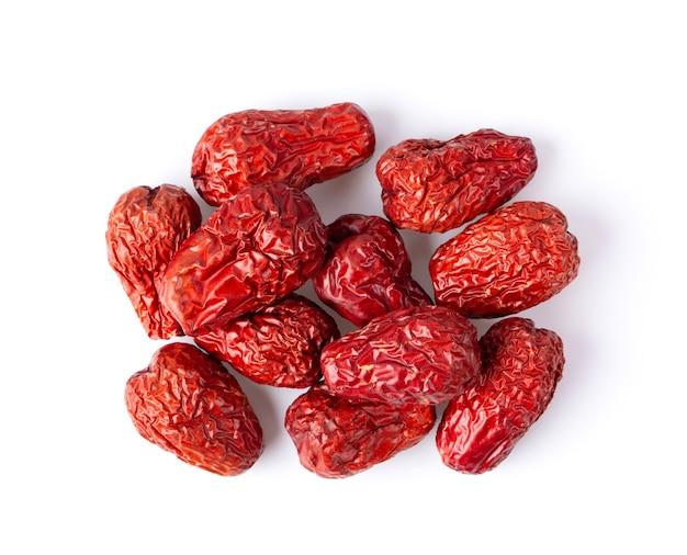 Jujuba chinês secou fruta data vermelha em fundo branco. vista do topo Foto Premium