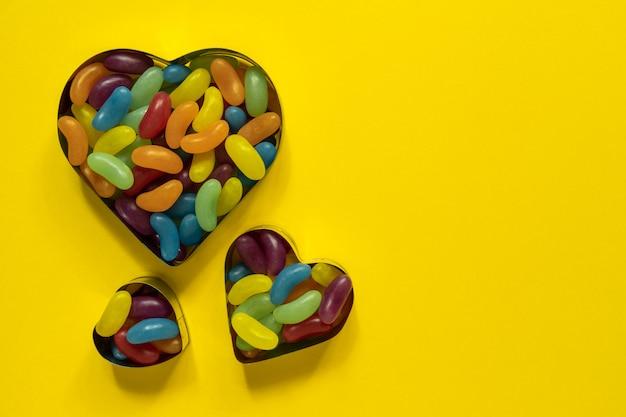 Jujubas vitrificadas multicoloridas em forma de coração