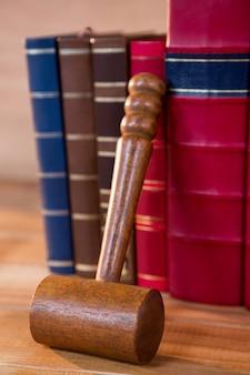 Julg o gavel com os livros