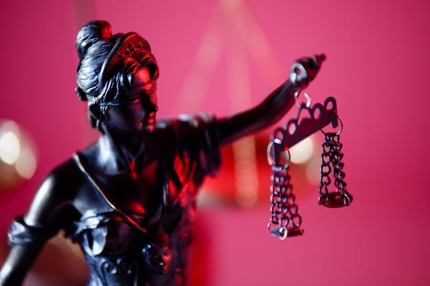 Julgamento e figura do conceito de direito da senhora justiça sobre fundo vermelho