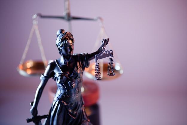 Julgamento e tema da lei. figura da senhora justiça em cartório.