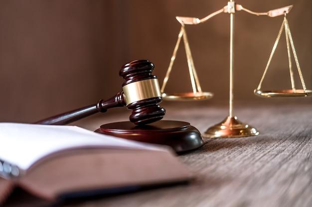 Julgar o martelo com os advogados da justiça, documentos objeto trabalhando na mesa. direito legal