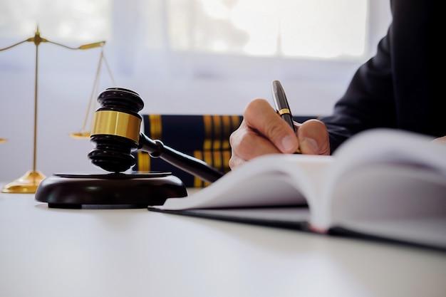 Julgue o martelo com os advogados de justiça que têm a reunião da equipe na empresa de advocacia no fundo.