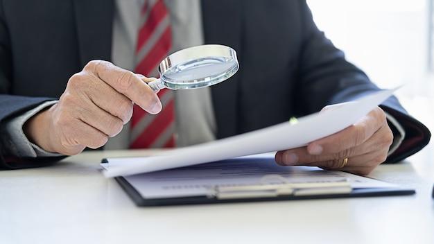 Julgue o martelo com os advogados de justiça que têm reunião de equipe no escritório de advocacia.