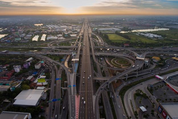 Junção de estrada movimentada da vista aérea