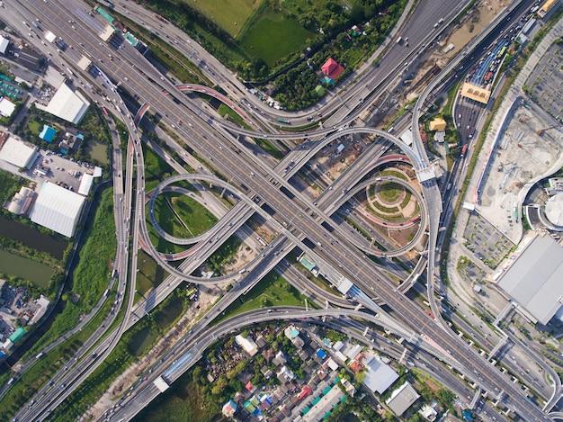 Junção de rodovia movimentada da vista aérea