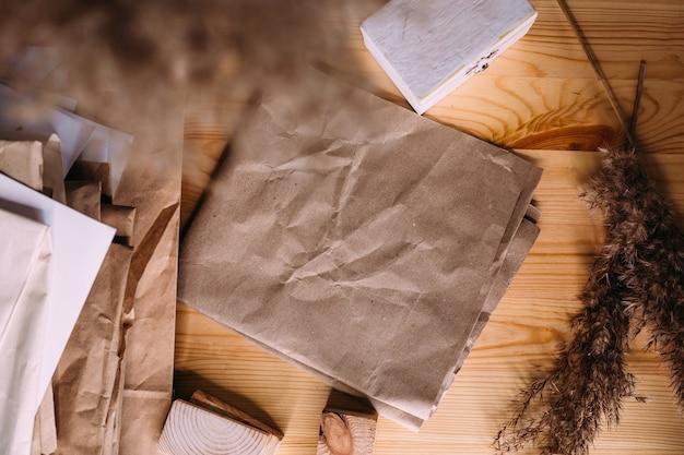 Juncos secos em vaso de madeira retrô e maquete de papel artesanal de cores neutras