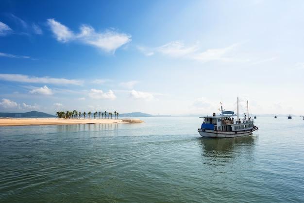 Juncos turísticos que flutuam entre em ha long bay