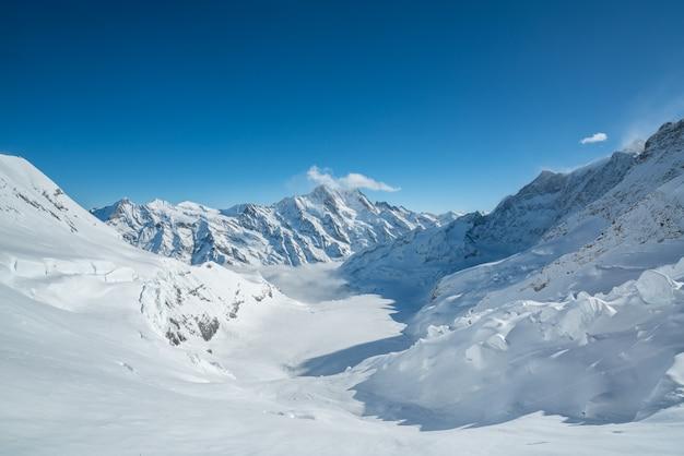 Jungfraujoch, parte da paisagem alpina da montanha da neve dos cumes suíços.