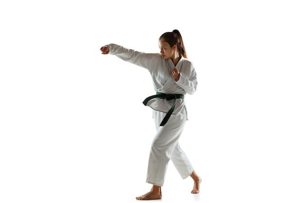 Júnior confiante de quimono praticando combate corpo a corpo