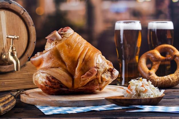 Junta de porco, cerveja e pretzels